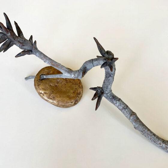 Stone&branch (Birch), Uit het tweedonker, 2021, 2 delen brons, Afm.20 x 16 x 40 cm